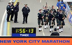 03-11-2013 ALGEMEEN: BVDGF NY MARATHON: NEW YORK <br /> De NY marathon werd weer een groot succes voor de BvdGf. Alle lopers hebben met prachtige tijden de finish gehaald / Schotse doedelzakken en beveiliging politie NYPD, item atletiek marathon<br /> ©2013-FotoHoogendoorn.nl