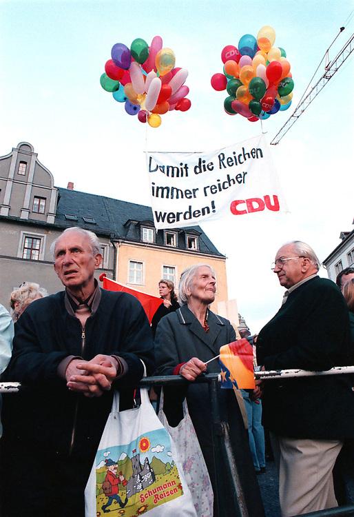 &copy;  christian  JUNGEBLODT.<br />WAHL 1998 - Wahlkampf<br />CDU - Dr. Helmut Kohl , Bundeskanzler<br />Wahlkampfveranstaltung in Weimar<br />Warten auf Kohl - Protestkundgebung<br />08.09.1998