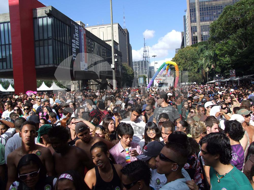 """SÃO PAULO, SP, 14 DE JUNHO DE 2009 - 13 PARADA DO ORGULHO GLBT DE SÃO PAULO - Milhares de pessoas na Avenida Paulista na 13 Parada do Orgulho GLBT de São Paulo, com o tema """"Sem Homofobia mais Cidadania pela Isonomia dos Direitos FOTO: WILLIAM VOLCOV / BRAZIL PHOTO PRESS"""