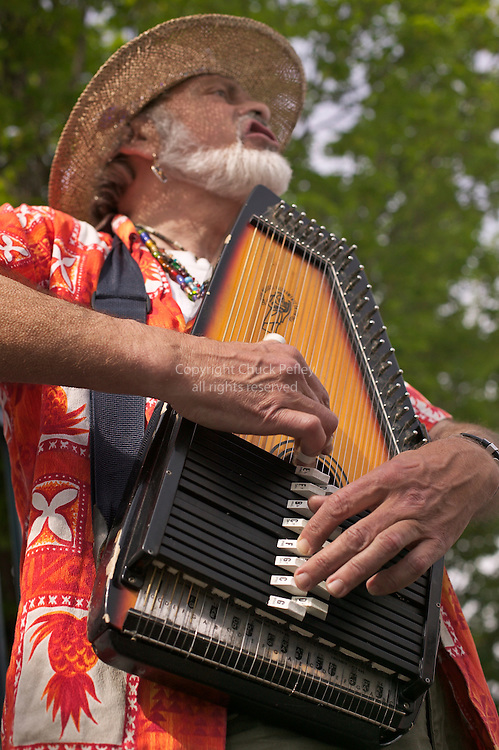 University District outdoor farmers market, busker or street musician playing Autoharp, Seattle, Washington<br />