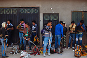 Un grupo de jóvenes con su reata amarrada al cuerpo, sus toallas en la cabeza y sus máscaras se preparan para participar en la pelea de tigres contra adversarios de un pueblo vecino.