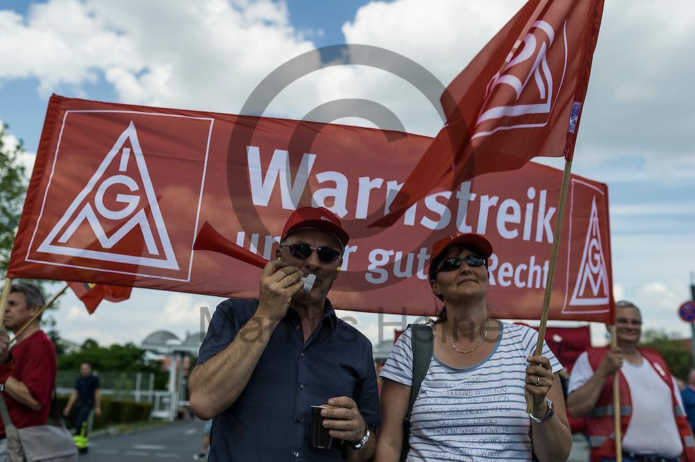 Zwei streikende h&ouml;ren w&auml;hrend des Warnstreiks der IG Metall bei Mercedes am 11.05.2016 in Berlin, Deutschland einer Rede zu. Die IG Metall fordert in dieser Tarifrunde f&uuml;nf Prozent mehr Entgelt bei einer Laufzeit von zw&ouml;lf Monaten. Foto: Markus Heine / heineimaging<br /> <br /> ------------------------------<br /> <br /> Ver&ouml;ffentlichung nur mit Fotografennennung, sowie gegen Honorar und Belegexemplar.<br /> <br /> Bankverbindung:<br /> IBAN: DE65660908000004437497<br /> BIC CODE: GENODE61BBB<br /> Badische Beamten Bank Karlsruhe<br /> <br /> USt-IdNr: DE291853306<br /> <br /> Please note:<br /> All rights reserved! Don't publish without copyright!<br /> <br /> Stand: 05.2016<br /> <br /> ------------------------------w&auml;hrend des Warnstreiks der IG Metall bei Mercedes am 11.05.2016 in Berlin, Deutschland. Die IG Metall fordert in dieser Tarifrunde f&uuml;nf Prozent mehr Entgelt bei einer Laufzeit von zw&ouml;lf Monaten. Foto: Markus Heine / heineimaging<br /> <br /> ------------------------------<br /> <br /> Ver&ouml;ffentlichung nur mit Fotografennennung, sowie gegen Honorar und Belegexemplar.<br /> <br /> Bankverbindung:<br /> IBAN: DE65660908000004437497<br /> BIC CODE: GENODE61BBB<br /> Badische Beamten Bank Karlsruhe<br /> <br /> USt-IdNr: DE291853306<br /> <br /> Please note:<br /> All rights reserved! Don't publish without copyright!<br /> <br /> Stand: 05.2016<br /> <br /> ------------------------------