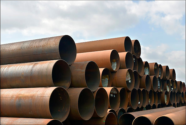 Nederland, Lobith, 8-4-2015Op een bedrijfsterrein ligt een grote hoeveelheid stalen buizen zoals die gebruikt worden in de olie en gasindustrie.FOTO: FLIP FRANSSEN/ HOLLANDSE HOOGTE