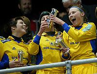 Fotball. Cupfinalen damer Arna-Bjørnar - Trondheims-Ørn 3-4. Trine Nordgård, Trine Hay Setsaas, Heidi Pedersen jubler med kongepokalen.<br /> <br /> Foto: Andreas Fadum, Digitalsport