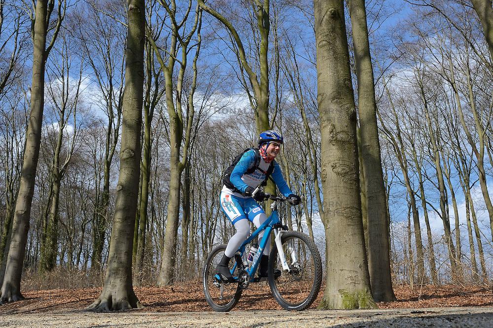 01-04-2013 ALGEMEEN: WE BIKE 2 CHANGE DIABETES: ARNHEM<br /> In de bossen bij Papendal werd de tweede meeting van de BvdGf gehouden met een fotosessie en een stukje biken / Els<br /> &copy;2013-FotoHoogendoorn.nl