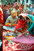 INDIA, HINDUISM, CEREMONIES Wedding; groom receiving presents