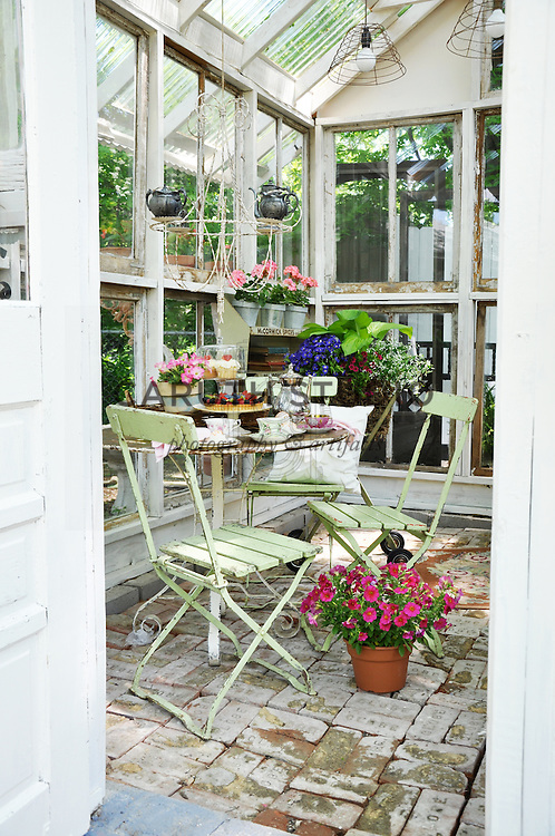 Vintage garden: Dining area inside glass shed