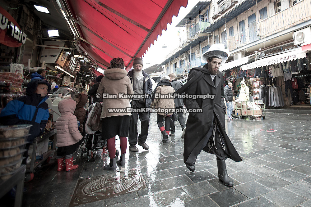 Snow and rain falls at The Shuk on January 9, 2015 in Jerusalem, Israel. (Photo by Elan Kawesch)