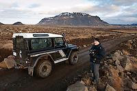 Árni að ljósmynda við Hlöðufell. Man photographing near Mount Hlodufell.