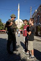 24 AUG 2004, PRIZREN/KOSOVO:<br /> Ein Bundeswehrsoldat des Deutschen Einsatzkontingents Kosovo Force, KFOR, unterhaelt sich waehrend einer Patroulle durch die Innenstadt von Prizren mit zwei Jungs, im Hintergrund eine Moschee<br /> IMAGE: 20040824-01-079<br /> KEYWORDS: Soldat, Soldaten, Einsatz, Ausland, Bevoelkerung, Bevölkerung, Gespräch, Gespraech