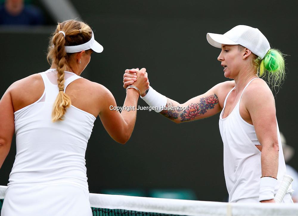 Wimbledon Championships 2013, AELTC,London,<br /> ITF Grand Slam Tennis Tournament,<br /> Bethanie Mattek-Sands (USA) mit gruen gefaerbten Haaren und Tattoo gratuliert der Siegerin Angelique Kerber (GER) am Netz,<br /> Halbkoerper,Querformat,
