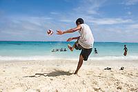 FUSSBALL    FEATURE    SUEDSEE    21.07.2008 Am Strand einer von Lelepa, einer kleinen Insel des Suedseestaates Vanuatu spielen Kinder an Land und im Wasser Fussball.