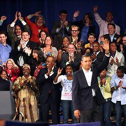 Governador Deval Patrick (a la izquierda y despalda) saluda al publico detras del podium; mientras enfrente el presidente Barak Obama (de frente)se despide de unos 10,000 entusiasta participantes, durante el rally por la reeleci&oacute;n de Sr. Patrick en el Hynes Convention Center, en Boston. <br /> <br /> El discurso del Gov. Patrick fue considerados por algunos medios como un de us mejores.<br /> <br /> Obama estaba algo afonico -lo que puediera ser atribuido a su aprenda agenda eletoral para ayudar al PD. <br /> <br />  La audiencia se delito de tener al presidente otra vez en Boston.