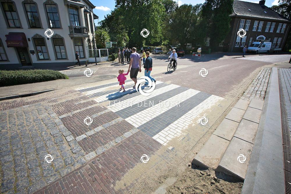 ZALTBOMMEL - Bij uitkomst stad Gamerschestraat - Steenweg is een oversteekplaats aangelegd. Echter is deze niet rolstoelvriendelijk. FOTO LEVIN DEN BOER - PERSFOTO.NU