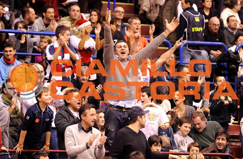 DESCRIZIONE : Milano Lega A 2012-13 EA7 Olimpia Armani Jeans Milano Cimberio Varese<br /> GIOCATORE : <br /> SQUADRA : Cimberio Varese<br /> EVENTO : Campionato Lega A 2012-2013<br /> GARA :  EA7 Olimpia Armani Jeans Milano Cimberio Varese<br /> DATA : 23/12/2012<br /> CATEGORIA : Esultanza Supporters Tifosi<br /> SPORT : Pallacanestro<br /> AUTORE : Agenzia Ciamillo-Castoria/A.Giberti<br /> Galleria : Lega Basket A 2012-2013<br /> Fotonotizia : Milano Lega A 2012-13 EA7 Olimpia Armani Jeans Milano Cimberio Varese<br /> Predefinita :
