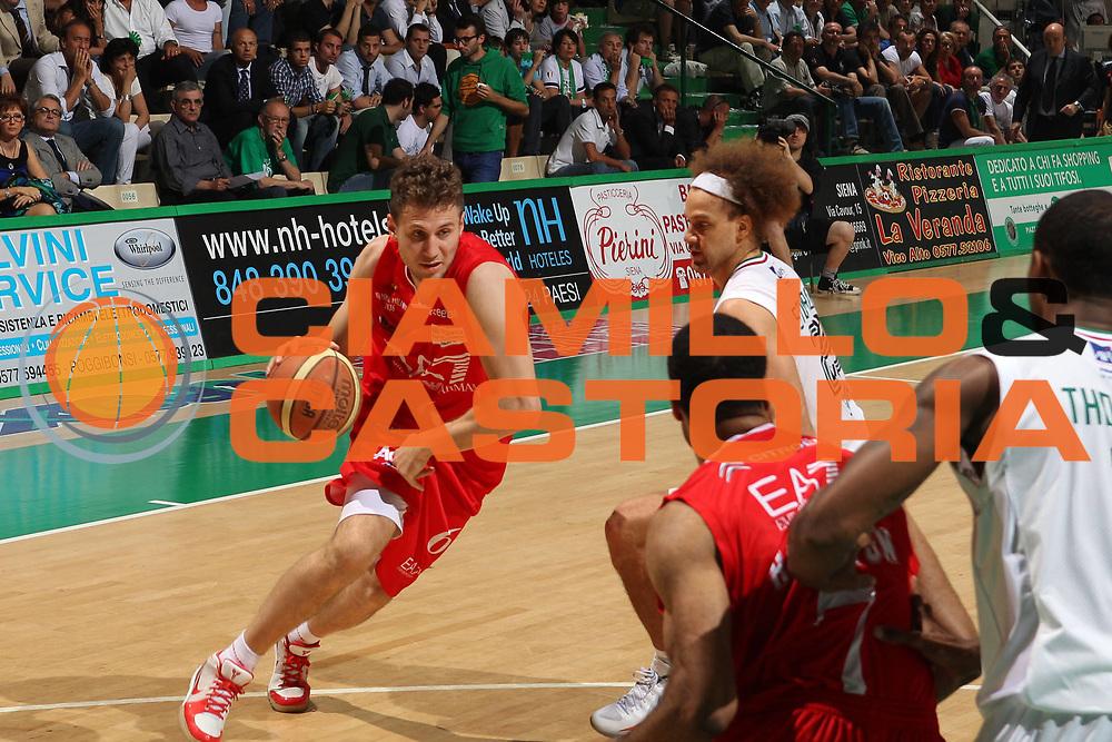 DESCRIZIONE : Siena Lega A 2011-12 Montepaschi Siena EA7 Emporio Armani Milano Finale scudetto gara 2<br /> GIOCATORE : Stefano Mancinelli<br /> CATEGORIA : palleggio<br /> SQUADRA : EA7 Emporio Armani Milano<br /> EVENTO : Campionato Lega A 2011-2012 Finale scudetto gara 2<br /> GARA : Montepaschi Siena EA7 Emporio Armani Milano<br /> DATA : 11/06/2012<br /> SPORT : Pallacanestro <br /> AUTORE : Agenzia Ciamillo-Castoria/Elio Castoria<br /> Galleria : Lega Basket A 2011-2012  <br /> Fotonotizia : Siena Lega A 2011-12 Montepaschi Siena EA7 Emporio Armani Milano Finale scudetto gara 2<br /> Predefinita :