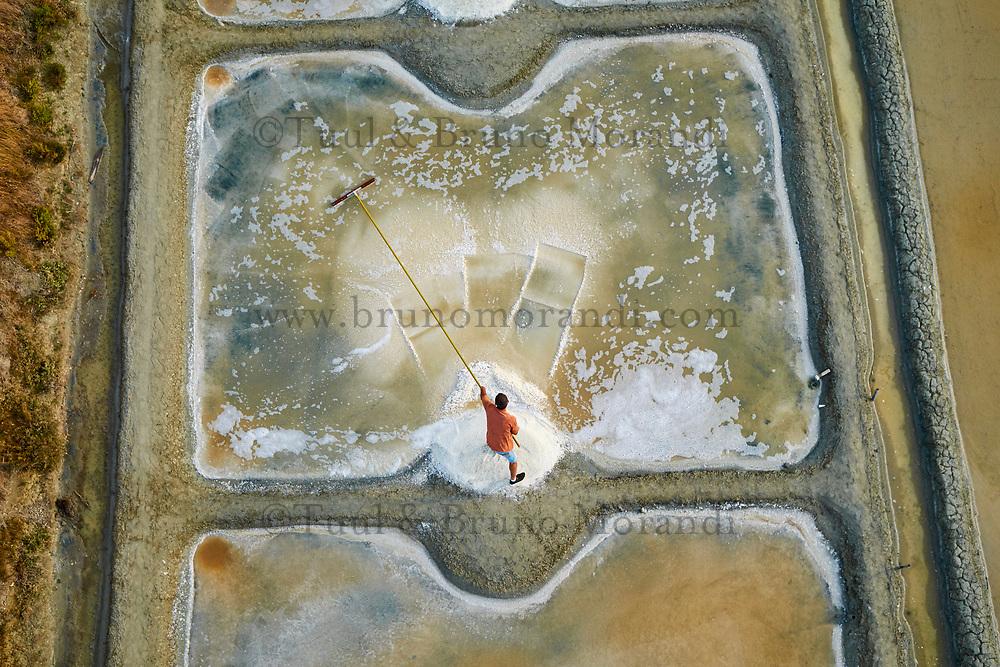 France, Vendée (85), Noirmoutier, les marais salants (vue aérienne), le saunier Hervé Zarka  // France, Vendée, Noirmoutier, Salt marshes, Hérvé Zarka