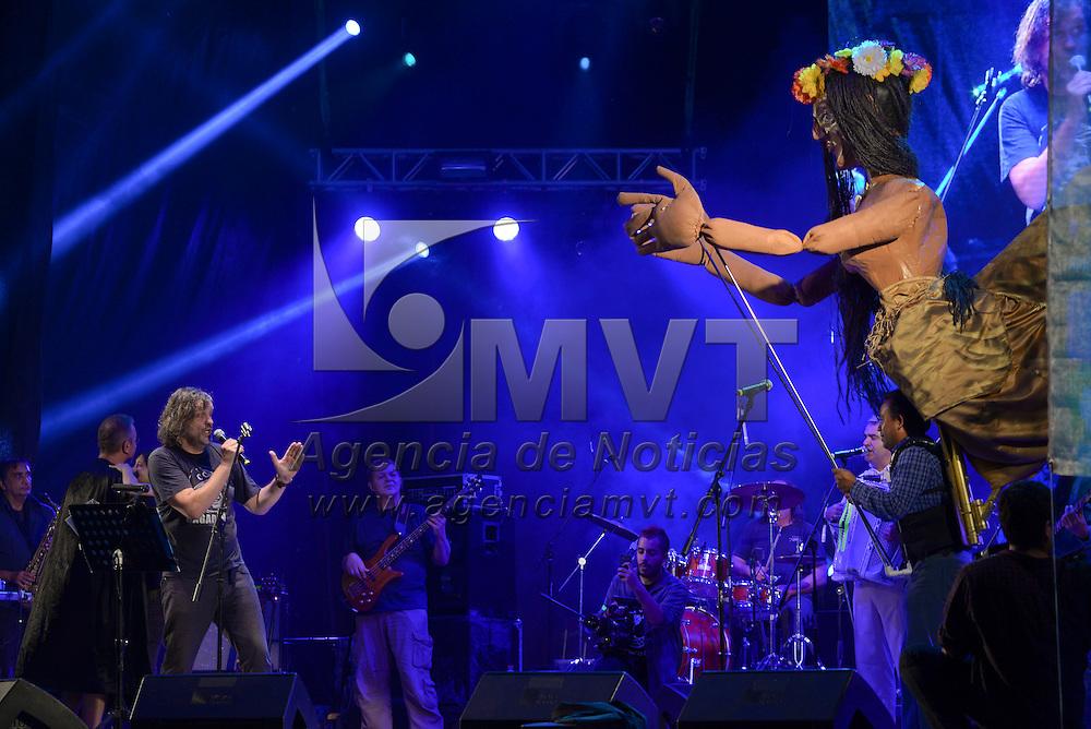 Metepec, México (Octubre 14, 2016).- Emir Kusturika y The No Smoking Orchesta, pusieron a bailar a los asistentes a la Plaza Juárez, durante el Festival Cultural Quimera 2016, originarios de Serbia y con una propuesta de rock alternativo.  Agencia MVT / Crisanta Espinosa.