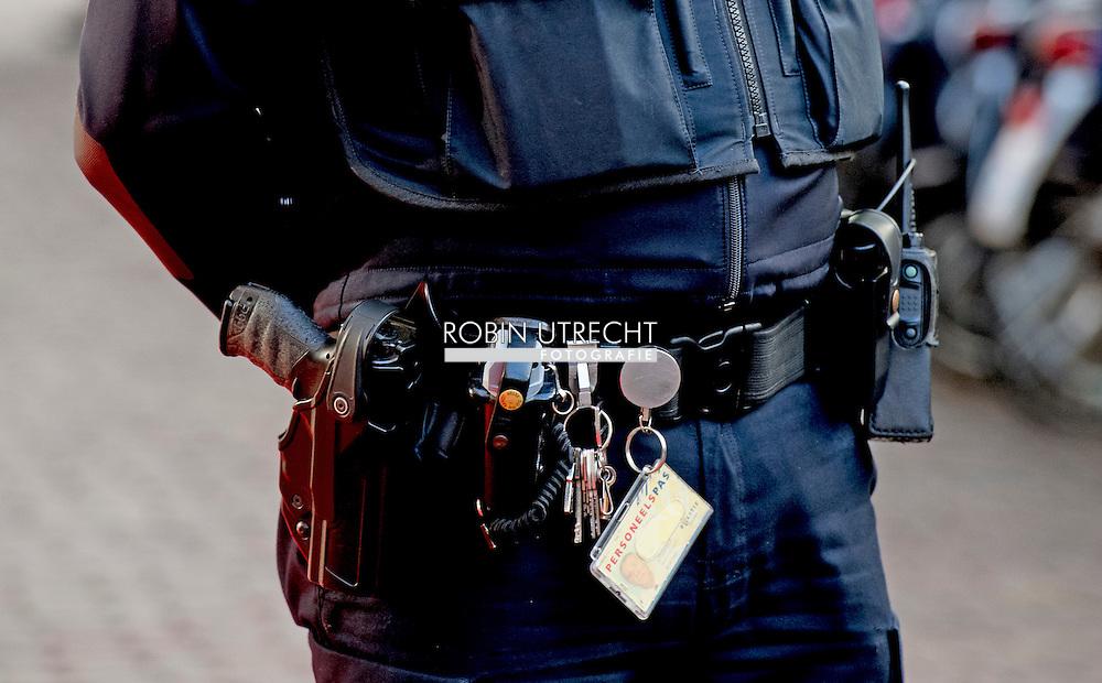UTRECHT - politie agent politieagent op straat dienstwapen samenschoolingsverbod , Politie agent , agenten , bewaken , beveilingen aanslag , voorkomen , dreining , wapen , dienstwapen , survieren Etnisch profileren  ROBIN UTRECHT