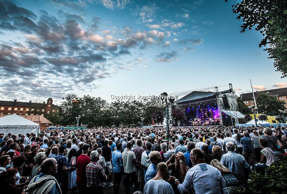 Trollh&auml;ttan 20140719 Fallens Dagar <br /> Ulf Lundell  p&aring; Drottningtorgettorget<br /> Sommar stadsfest konsert folkfest<br /> <br /> <br /> ----<br /> FOTO : JOACHIM NYWALL KOD 0708840825_1<br /> COPYRIGHT JOACHIM NYWALL<br /> <br /> ***BETALBILD***<br /> Redovisas till <br /> NYWALL MEDIA AB<br /> Strandgatan 30<br /> 461 31 Trollh&auml;ttan<br /> Prislista enl BLF , om inget annat avtalas.