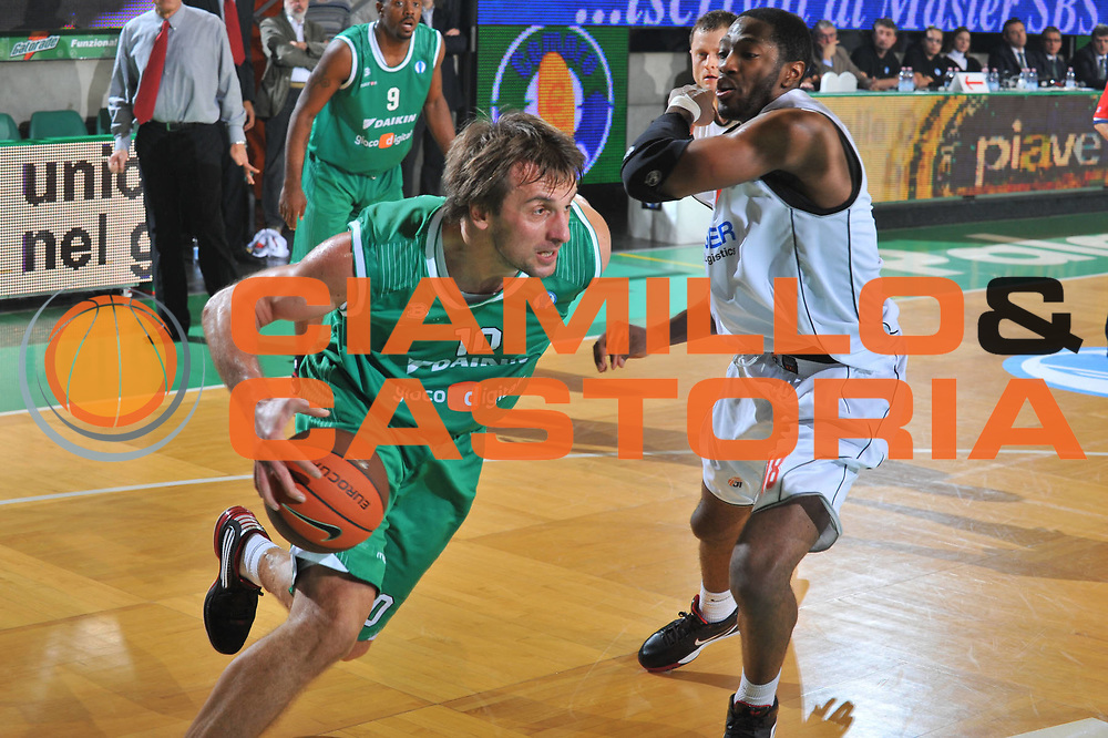 DESCRIZIONE : Treviso Eurocup 2009-10 Regular Season Benetton Gioco Digitale Cholet Basket<br /> GIOCATORE : Sandro Nicevic<br /> SQUADRA : Benetton Gioco Digitale<br /> EVENTO : Eurocup 2009 - 2010<br /> GARA : Benetton Gioco Digitale Cholet Basket<br /> DATA : 05/01/2010<br /> CATEGORIA : Palleggio<br /> SPORT : Pallacanestro<br /> AUTORE : Agenzia Ciamillo-Castoria/M.Gregolin<br /> Galleria : Eurocup 2009<br /> Fotonotizia : Berlino Eurocup 2009-10 Regular Season Benetton Gioco Digitale Cholet Basket<br /> Predefinita :