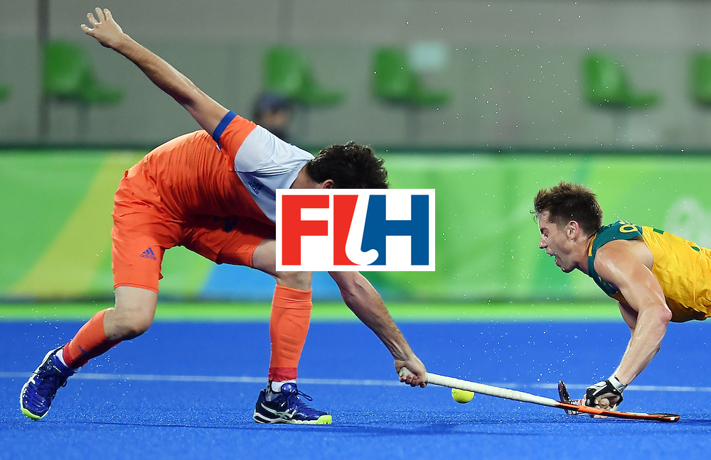 Netherland's Robert van der Horst (L) vies with Australia's Eddie Ockenden during the men's quarterfinal field hockey Netherlands vs Australia match of the Rio 2016 Olympics Games at the Olympic Hockey Centre in Rio de Janeiro on August 14, 2016. / AFP / MANAN VATSYAYANA        (Photo credit should read MANAN VATSYAYANA/AFP/Getty Images)