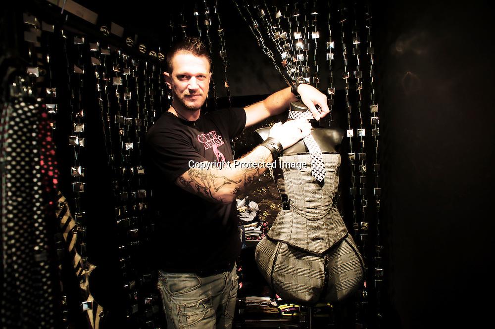 Pour un style plus aguicheur, on file chez the Sin Factory, une micro boutique tenue par un créateur de superbes corsets