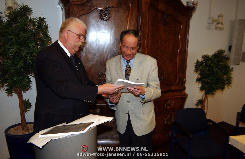 Oorlogsboek overhanding jady Snel aan burgemeester Jos Verdier