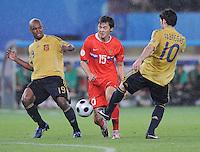 FUSSBALL EUROPAMEISTERSCHAFT 2008  Russland - Spanien    26.06.2008 Diniyar Bilyletdinov (RUS, Mitte) wird von Marcos Senna (ESP, links) und Cesc Fabregas (ESP) in die Zange genommen.