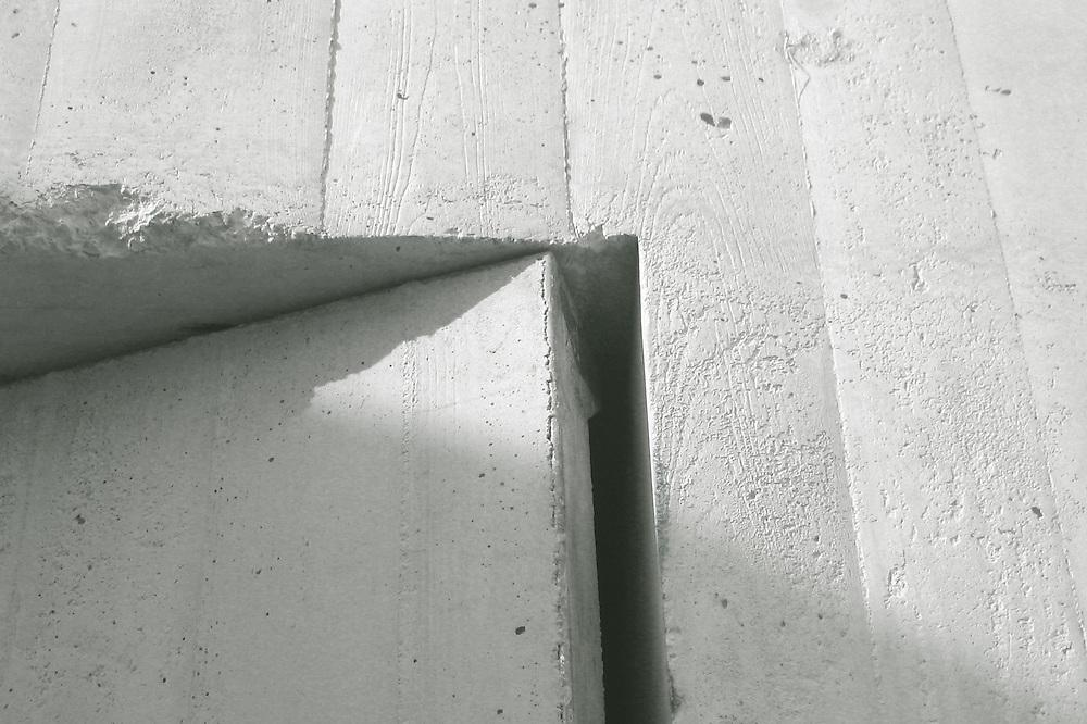 """Accésit 3er Concurso Fotográfico ALSINA . 2008<br /> Categoría """"Profesionales de la Construcción"""".<br /> Detalle de puerta de hormigón en el Museo de la Memoria de Andalucía, en Coria del Río (Sevilla). Arquitectos David Fernández Zamora, Javier Díaz-Borrego Horcajo, Myriam Hurtado Ortiz"""