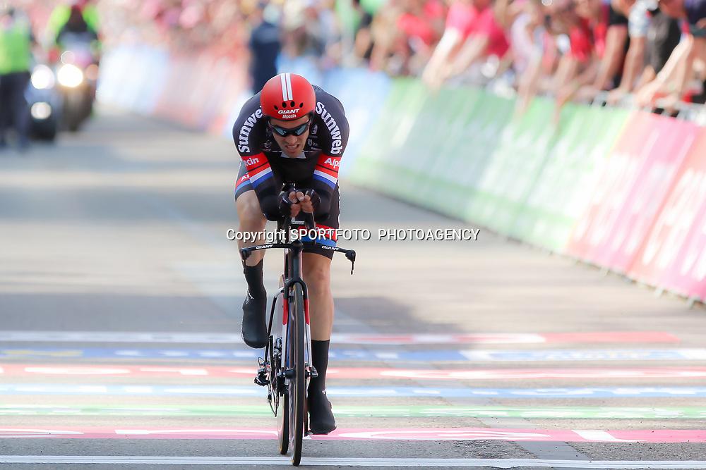 06-05-2016: Wielrennen: Giro: ApeldoornAPELDOORN (NED) wielrennenDe 99e ronde van Italie is van start gegaan met een tijdrit of 9,8 kilometer door de straten van Apeldoorn. De finishlijn was getrokken op de Loolaan. Tom Dumoulin wint de eerste tijdrit in de Giro en is de eerste roze trui drager van de 99e editie Giro