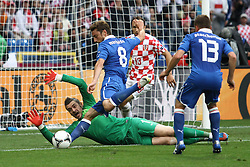 14.06.2012, Staedtisches Stadion, Posen, POL, UEFA EURO 2012, Italien vs Kroatien, Gruppe C, im Bild STIPE PLETIKOSA ( L) CLAUDIO MARCHISIO (2L) GORDON SCHILDENFELD ( 2P) EMANUELE GIACCHERINI ( P) // during the UEFA Euro 2012 Group C Match between Italy and Croatia at the Municipal Stadium Poznan, Poland on 2012/06/14. EXPA Pictures © 2012, PhotoCredit: EXPA/ Newspix/ Katarzyna Plewczynska..***** ATTENTION - for AUT, SLO, CRO, SRB, SUI and SWE only *****
