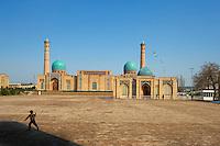 Ouzbekistan, Tashkent, mosquee du Vendredi Hazroti Imam (Karasaray), garçon avec cerf volant // Uzbekistan, Tashkent, Hazroti Imam friday mosque, boy with kite