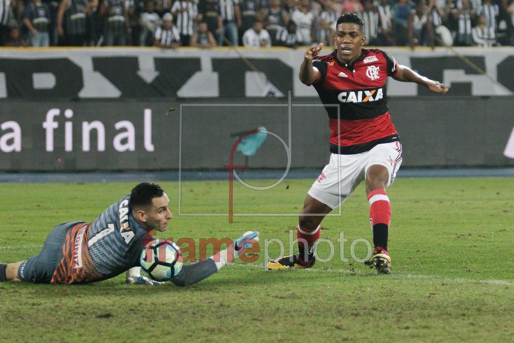 Berrio e Gatito Fernandez durante partida entre Botafogo X Flamengo válida pela semifinal da Copa do Brasil 2017, no estádio Nilton Santos (Engenhão), zona norte da cidade, nesta quarta-feira (16/08). Foto: Rudy Trindade/FramePhoto