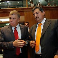 TOLUCA, México.- Los diputados José Sergio Manzur Quiroga y  Juan Ignacio Samperio Montaño durante la sesión ordinaria de la LVII Legislatura Local del Estado de México. Agencia MVT / Crisanta Espinosa. (DIGITAL)