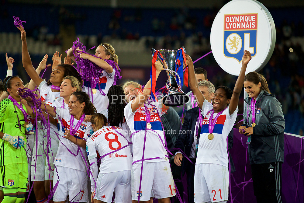 CARDIFF, WALES - Thursday, June 1, 2017: Olympique Lyonnais' Ada Hegerberg and Kadeisha Buchanan celebrate with the trophy after winning the UEFA Women's Champions League Final between Olympique Lyonnais and Paris Saint-Germain FC at the Cardiff City Stadium. (Pic by David Rawcliffe/Propaganda)