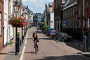 Een meisje fietst door de Lange Smeestraat in Utrecht.<br /> <br /> A girl cycles at the Lange Smeestraat in Utrecht.