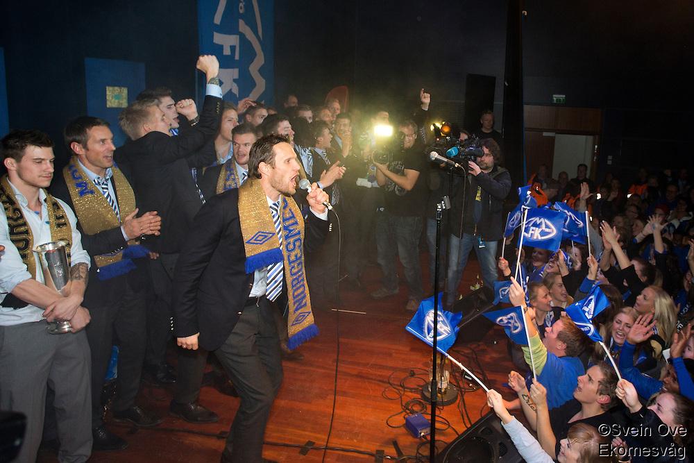 Molde feirer cupgullet hjemme i Molde etter å ha slått Rosenborg 4-2 i cupfinalen. Daniel Berg Hestad fyrer opp stemningen på scena.<br /> Foto: Svein Ove Ekornesvåg