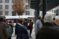 Mannheim. 01.03.17 | BILD- ID 041 |<br /> Innenstadt. Plankenumbau. Auswirkungen auf den Stra&szlig;enbahnverkehr. Am Hauptbahnhof informieren rnv Mitarbeiter &uuml;ber die Plan&auml;nderungen und Streckenverbindungen.<br /> Bild: Markus Prosswitz 01MAR17 / masterpress (Bild ist honorarpflichtig - No Model Release!)