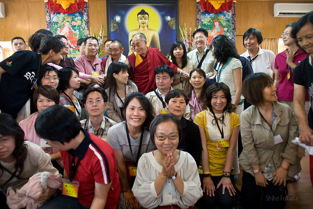 Dalai Lama is surrounded by Taiwanese buddhists for pictures after the audience meeting in Dharamsala, India, May 26, 2009.