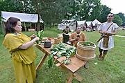 Nederland, Heilig Landstichting, 2-6-2016Museumpark Orientalis houdt een Romeins Festival. Een gelegenheid in het teken van de Romeinen. Romeinse re-enactors uit met name Polen beleven het leven in de dagen van het Romeinse Rijk. Zij laten zien wat het Romeinse leger was. Heilig Landstichting is een dorp in de gemeente Groesbeek, Gelderland en ligt tegen Nijmegen aan. Het dorp is genoemd naar het hier gelegen Museumpark Orientalis, dat voorheen Bijbels openluchtmuseum Heilig Land Stichting heette. tegenwoordig richt het zich ook op andere godsdiensten, zoals de islam. De sultan van Oman heeft een arabisch dorp aan het museum geschonken, compleet met moskee.FOTO: FLIP FRANSSEN/ HOLLANDSE HOOGTE