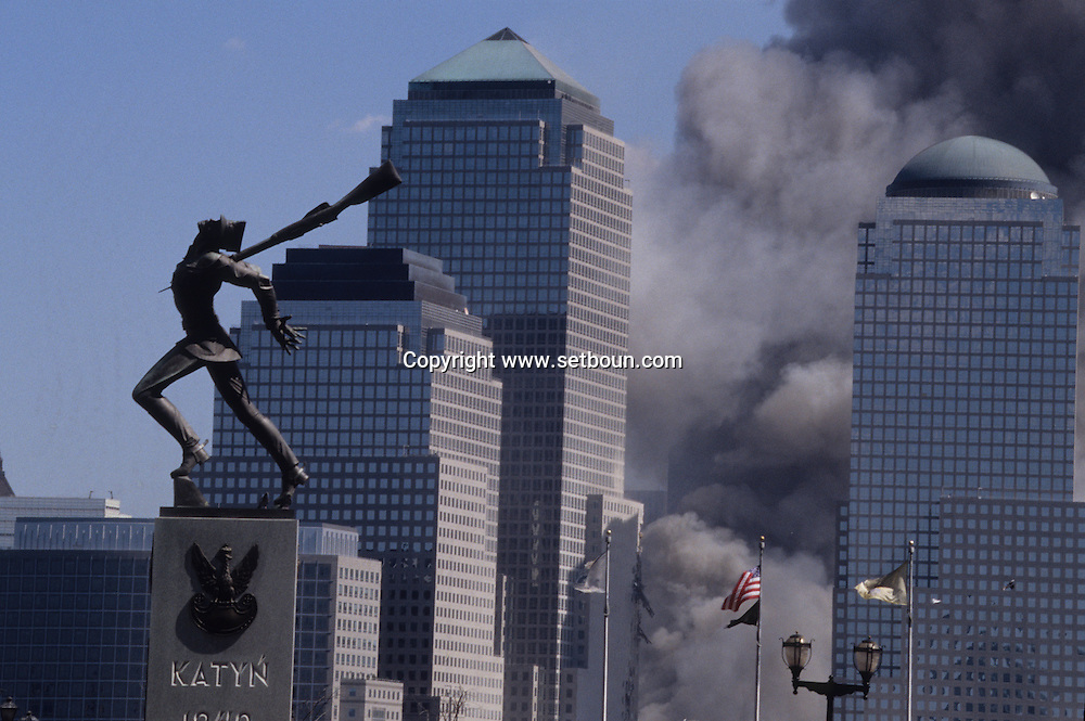 New York. monument to katyn victims, The destroyed skyline view from New  Jersey  Ferry. after the terorist attack on world trade center towers in Manhattan  New york  Usa   /   Le skyline detruit vu depuis New jersey ferry . Apres l'attaque terroriste sur les tours du world trade center a Manhattan  New york  USA