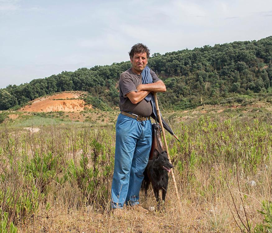 Allevatore porta a pascolare il gregge in un ex cava non bonificata e quindi tossica.<br /> <br /> Farmer on land not quenched.