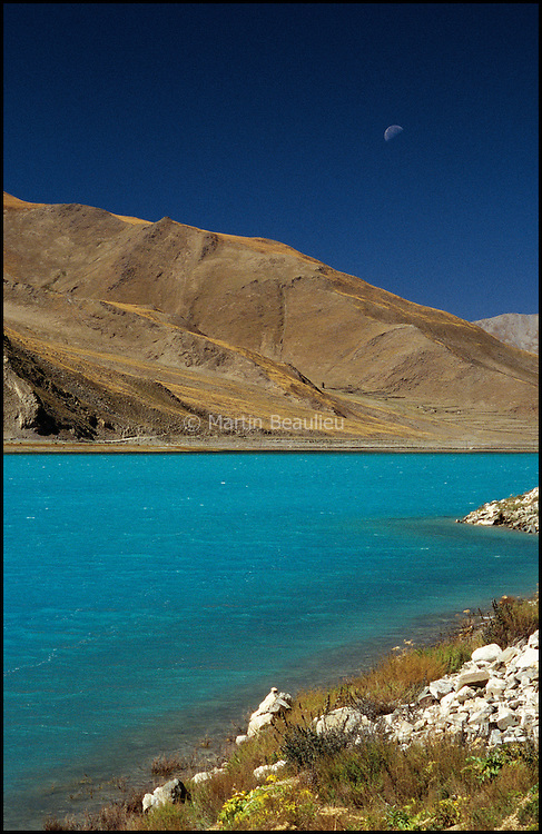 Namtso, mountain lake in central Tibet. Second largest salt lake in Tibet, 420km northwest of Lhasa. Namtso is renowned as one of the most beautiful places in the Nyenchen Tanglha mountain range. Its cave hermitages have for centuries been the destination of Tibetan pilgrims. A surfaced road was completed down to the lake during 2005, enabling easy access from Lhasa and the development of touristic infrastructures. //// Namtso, lac de montagne salé, 420 km au nord-ouest de Lhassa. Réputé pour être l'un des plus beaux points de vue le la chaine de montagnes Nyenchen Tanglha, il est un lieu de pèlerinage centenaire pour les tibétains. Depuis 2005, on s'y rend par une route asphaltée depuis Lhassa, facilitant le développement d'infrastructures touristiques.