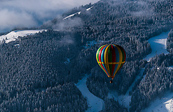 05.02.2018, Zell am See - Kaprun, AUT, BalloonAlps, im Bild ein Heissluftballon bei seiner Fahrt über den Alpen // a hot air balloon on his ride over the Alps during the International Balloonalps Week, Zell am See Kaprun, Austria on 2018/02/05. EXPA Pictures © 2018, PhotoCredit: EXPA/ JFK