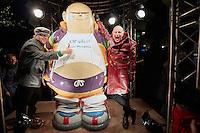 Den Haag , 25 februari 2016 - Op de Grote Markt in Den haag werd een standbeeld van stripfiguur Haagse Harry onthuld, Haagse Harry is bedacht door tekenaar Marnix Rueb, die in 2014 overleed. Mensen poseren naast het zojuist onthulde beeld. Foto: Phil Nijhuis