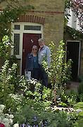 Rolf Harris and Alwen Harris. Chelsea Flower Show press preview day. 21 <br />May 2001 . © Copyright Photograph by Dafydd Jones 66 Stockwell Park Rd. London SW9 0DA Tel 020 7733 0108 www.dafjones.com