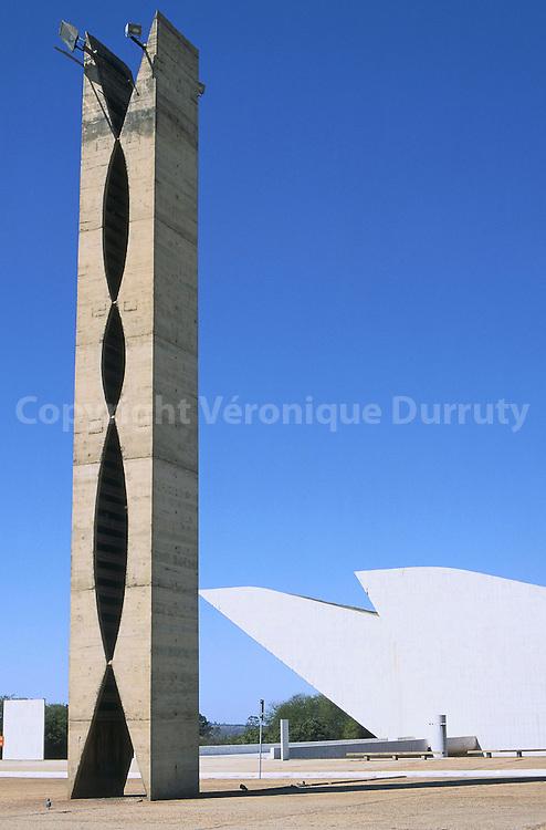 La nouvelle capitale, Brasilia, a  ete construite a partir de 1957 sur un site inhabite. Le plan de la ville a  ete concu par l'urbaniste bresilien Lecio Costa, il a la forme d'un avion. L'architecte Oscar Niemeyer a travaille  l'edification de la nouvelle capitale et concu l'ensemble des principaux batiments de la ville. Le fuselage de l'avion correspond a l'axe monumental, qui comprend les principaux batiments de la ville. La statue des guerriers se situe a l'extremite de l'axe monumental. Les bresiliens la surnomment -la pince a linge- La nouvelle capitale, Brasilia, a  ete construite a partir de 1957 sur un site inhabite. Le plan de la ville a  ete concu par l'urbaniste bresilien Lecio Costa, il a la forme d'un avion. L'architecte Oscar Niemeyer a travaille  l'edification de la nouvelle capitale et concu l'ensemble des principaux batiments de la ville. Le fuselage de l'avion correspond a l'axe monumental, qui comprend les principaux batiments de la ville. La statue des guerriers se situe a l'extremite de l'axe monumental. Les bresiliens la surnomment -la pince a linge-