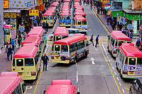 Chine, Hong Kong, Kowloon, station de bus à Mong Kok // China, Hong Kong, Kowloon, Waiting buses in Kowloon
