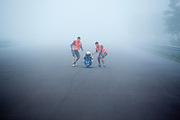 Rik Houwers wordt opgevangen tijdens teststarts voor de recordpoging. In Duitsland probeert het Human Power Team Delft en Amsterdam (HPT), dat bestaat uit studenten van de TU Delft en de VU Amsterdam, het uurrecord te verbreken op de Dekrabaan met de VeloX4. Dat staat momenteel op 90,4 km. In september wil het HPT daarna een poging doen het wereldrecord snelfietsen te verbreken, dat nu op 133 km/h staat tijdens de World Human Powered Speed Challenge.<br /> <br /> The Human Power Team Delft and Amsterdam, consisting of students of the TU Delft and the VU Amsterdam, tries to set a new hour record on a bicycle with the special recumbent bike VeloX4. The current record is 90,4 km. They also wants to set a new world record cycling in September at the World Human Powered Speed Challenge. The current speed record is 133 km/h.